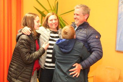 Sie freuen sich mit Erwin Braumandl: Die Kinder Johanna und Paul und Ehefrau Iris sind stolz auf den neuen Bürgermeister von Neukirchen vorm Wald.