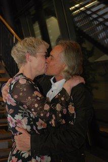 Ein Kuss für die alte und neue Bürgermeisterin von Hauzenberg, Gudrun Donaubauer (parteifrei): Dieter Drexl umarmt und küsst seine Frau. Gudrun Donaubauer wurde mit 53,28 Prozent der Stimmen gewählt. Nach Bekanntwerden des Ergebnisses kam sie mit ihrem Ehemann in Rathaus. Sie sei erfüllt von großer Freude, sagte Gudrun Donaubauer in einer ersten Reaktion.