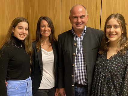 Der Scheyrer Bürgermeister Manfred Sterz (FW)freut sich mit seiner Familie über seine Wiederwahl.