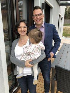 Freut sich überseinErgebnis(49,3 Prozent)bei der Wolnzacher Bürgermeister-Stichwahl: Polit-Neuling Simon Zimmermann (FW) mit seiner Familie.
